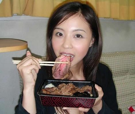 Japonesa comiendo coños