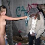 Imagen Jovencita ayuda a un sin techo