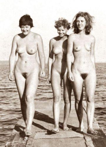 La Merkel en pelotas con unas amigas, y tu te la follarias ?