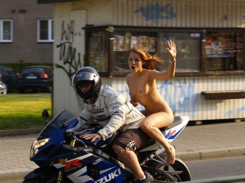 tia desnuda motos