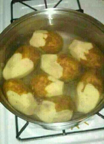Una mujer le envía un whatsapp al marido diciéndole: en la mesa de la cocina hay una bolsa con patatas. Pelas la mitad y las pones a hervir...