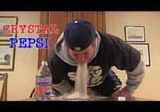 Imagen Seres inteligentes: Se bebe una Cristal Pepsi de hace 20 años