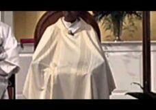 Imagen Cura se hace una paja en plena misa, ay como esta el clero