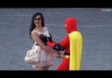 Imagen En Rusia si te disfrazas de superheroe te dejan tocar tetas