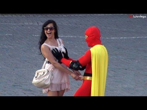 En Rusia si te disfrazas de superheroe te dejan tocar tetas