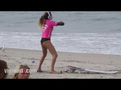 Así calienta la surfista Anastasia Ashley antes de Surfear