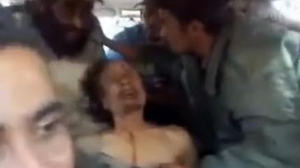 El cadaver de Gadafi es manejado como una marioneta