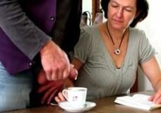 Imagen A mi mama la sirvo yo la leche en el cafe