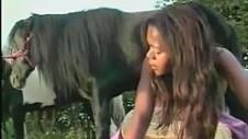 Su pequeño pony se corre en toda su boca