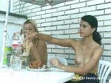 Lesbianas comen mierda porque no tienen nada más que comer
