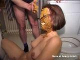 Todo el que llega a su casa tiene que cagar en la cara de su mujer