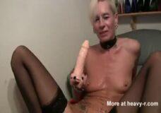 Imagen Rubia guarra vomita en su coño después de tragarse un consolador