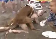 Imagen Desnudo y violado por los perros en un concurso japonés en la playa