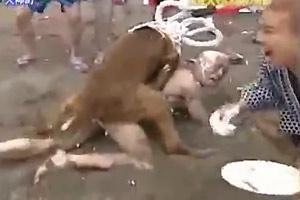 Desnudo y violado por los perros en un concurso japonés en la playa