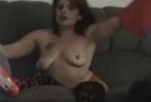 Mujer inválida en silla de ruedas se desnuda delante de la webcam