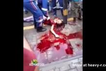 Chica muerta en un enorme charco de sangre