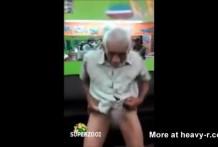 El abuelo tiene un par de cojones