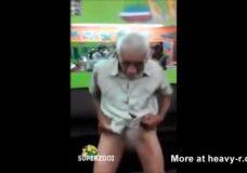 Imagen El abuelo tiene un par de cojones