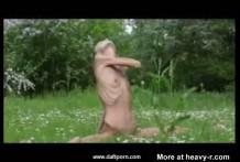 Chica anoréxica hace ejercicios desnuda al aire libre