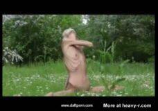 Imagen Chica anoréxica hace ejercicios desnuda al aire libre