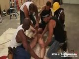 Una puta consigue ser violada por varios negros