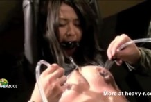 Esclava asiática vestida de látex