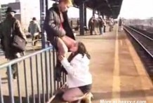 Lesbianas se comen el coño y mean en la calle
