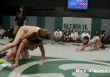 Imagen Combate de lucha libre con mujeres desnudas