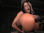 Mujer contorsionista en una sesión de Bondage