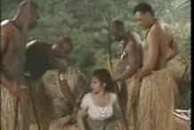 Tribu Africana recibe a mujer blanca