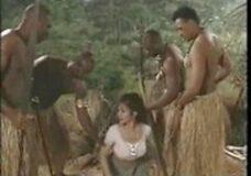Imagen Tribu Africana recibe a mujer blanca