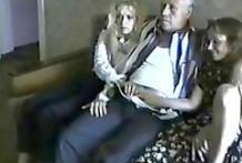 Abuelo viendo una peli porno con sus dos nietas