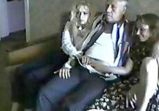 Imagen Abuelo viendo una peli porno con sus dos nietas
