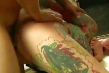 Gótica tatuada y con la cabeza rapada