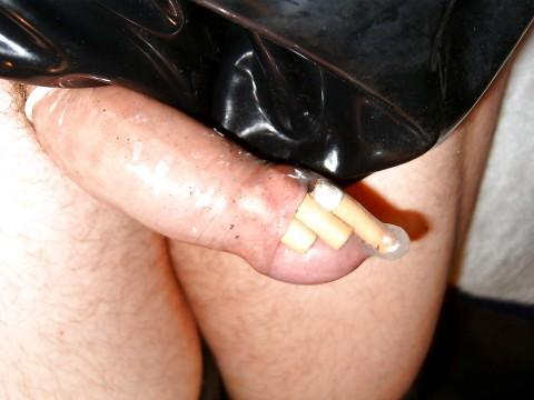 Apaga los cigarros con su pene