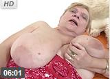 Abuela muy vieja con grandes tetas y coño peludo