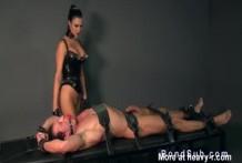 Mistress da un tratamiento de polla a su cliente