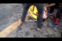 Muchas personas aplastadas debajo de un remolque