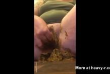 Mujer se mete la caca en el coño