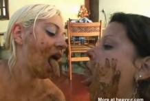 Lesbianas degustando y probando sus cacas
