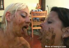 Imagen Lesbianas degustando y probando sus cacas