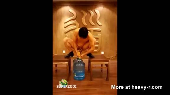 Alargamiento de pene con botellas de agua