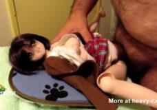 Imagen Se folla una muñeca de juguete