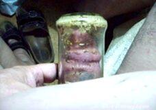 Imagen Se masturba la polla con gusanos