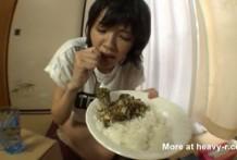 Asiática Comiendo caca con arroz