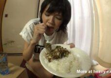 Imagen Asiática Comiendo caca con arroz
