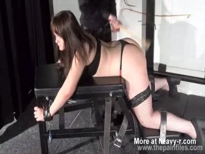 Gordita recibe azotes en el culo