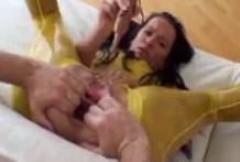 Le abre el culo y el coño con las manos