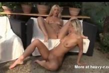Lesbianas calientes bebiendo pipí