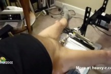 se masturba con una maquina de sondar miniatura